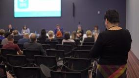 Gesch?ftsfrau verst?ndigt sich mit der Sprecherstellung im Konferenzsaal unter einer Gruppe von Personen stock video footage