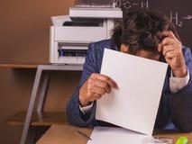 Geschäftsfrau vertieft beim Arbeiten im Büro stockbild