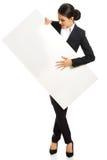 Geschäftsfrau in voller Länge, die weiße Fahne hält Lizenzfreie Stockfotos