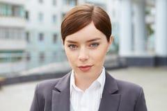 Geschäftsfrau vor Bürogebäude. lizenzfreie stockfotos