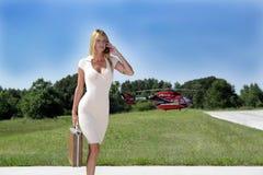 Geschäftsfrau vor einem Hubschrauber (2) Lizenzfreies Stockbild