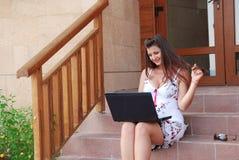 Geschäftsfrau vor ihrer Veranda Stockbild