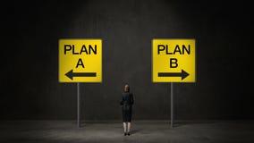 Geschäftsfrau wählen ` Plan A ` Pfeil oder ` Plan B ` Pfeil entschiedene Weisen trifft Entscheidung lizenzfreie abbildung