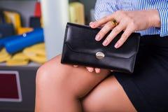 Geschäftsfrau wählt Geldbörse Shopzubehör Stockfotos