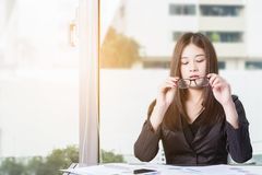 Geschäftsfrau Wearing Glasses lizenzfreie stockfotografie