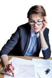 Geschäftsfrau weist Dokument zurück Stockfotografie