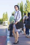 Geschäftsfrau, welche auf die Tram wartet Stockbild