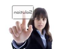 Geschäftsfrau, welche die Lösungstaste bedrängt Stockfoto
