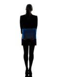 Geschäftsfrau, welche die Ordnerdateien stehen Schattenbild hält Lizenzfreie Stockbilder