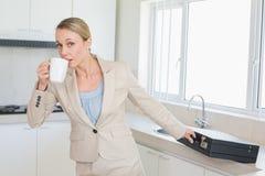 Geschäftsfrau, welche heraus die Tür hetzt, um morgens zu arbeiten Stockfoto