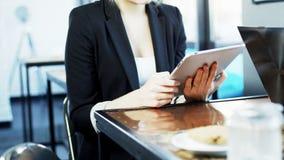 Geschäftsfrau wird auf ihren Tablet-Computer gerichtet Stockbilder