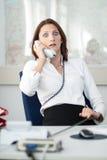 Geschäftsfrau wird am Telefon entsetzt Lizenzfreies Stockfoto