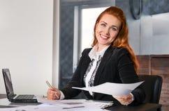 Geschäftsfrau-Working At The-Büro Stockbilder