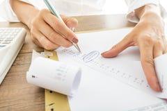 Geschäftsfrau Works mit den Empfängen an ihrem Schreibtisch Stockbilder
