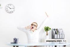 Geschäftsfrau yawninig im Büro. Lizenzfreies Stockfoto