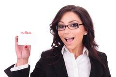 Geschäftsfrau zeigt eine empy Karte lizenzfreie stockfotos