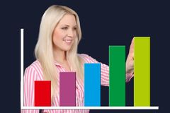Geschäftsfrau zeigt eine grafische Kurve Stockfotografie