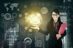Geschäftsfrau zeigt einen virtuellen Knopf Lizenzfreie Stockfotos