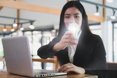 Geschäftsfrau zeigt Glühlampe im modernen Büro Kreativität, Identifikation lizenzfreies stockbild