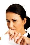 Geschäftsfrau zerreißen ihre Papieranmerkungen Stockbilder