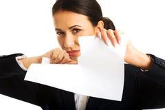 Geschäftsfrau zerreißen ihre Papieranmerkungen Lizenzfreies Stockbild