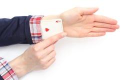 Geschäftsfrau zieht ein As von seinem Ärmel. Weißer Hintergrund Lizenzfreies Stockfoto