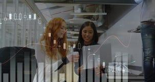 Geschäftsfrau zwei, die einen Laptop in einem Büro 4k betrachtet vektor abbildung