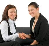 Geschäftsfrau zwei rütteln Hände lizenzfreies stockbild