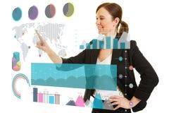 Geschäftsfrauanwendung infographic auf mit Berührungseingabe Bildschirm Stockfotos