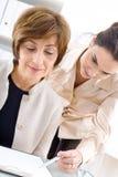 Geschäftsfrauarbeiten lizenzfreie stockfotos