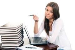 Geschäftsfrauarbeitslaptop und -feder in der Hand Stockbild