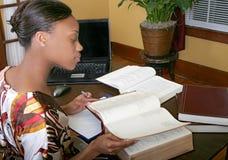 Geschäftsfrauarbeitsrückseite Lizenzfreie Stockfotografie