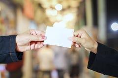 Geschäftsfrauasiatsholding und eine Visitenkarte auf lokalem m gezeigt stockfotografie