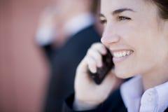 Geschäftsfrauaufruf lizenzfreie stockfotografie