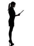Geschäftsfraucomputer, der digitales Tablettenschattenbild berechnet Stockfoto