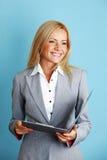Geschäftsfraueinfluß ein Faltblatt lizenzfreie stockfotografie