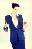 Geschäftsfraueinsparunggeld in einem piggybank Stockfoto