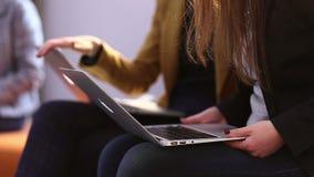 Geschäftsfrauen besprechen Arbeit stock footage