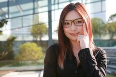 Geschäftsfrauen betrachten Kamera lizenzfreies stockfoto
