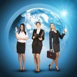 Geschäftsfrauen in den Klagen, Blusen, Röcke, lächelnd Lizenzfreies Stockfoto