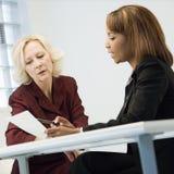 Geschäftsfrauen in der Sitzung Lizenzfreie Stockfotografie