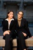 Geschäftsfrauen in der Stadt-Einstellung Stockbilder