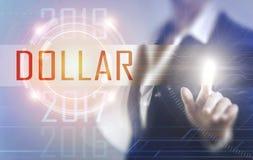 Geschäftsfrauen, die den Dollarschirm berühren Stockfotos
