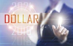 Geschäftsfrauen, die den Dollarschirm berühren Lizenzfreies Stockbild