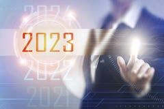 Geschäftsfrauen, die den Schirm 2023 berühren Stockfotografie