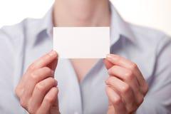 Geschäftsfrauen, die eine Visitenkarte übergeben Stockfotos