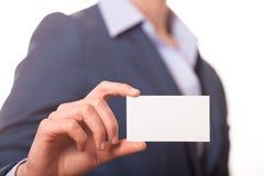 Geschäftsfrauen, die eine Visitenkarte übergeben Stockfotografie