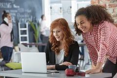 Geschäftsfrauen, die an einem Projekt arbeiten Lizenzfreie Stockfotografie