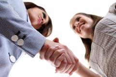 Geschäftsfrauen, die Hände rütteln Stockfoto