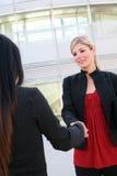 Geschäftsfrauen, die Hände rütteln Stockfotos